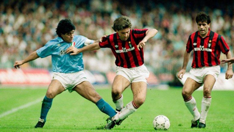 """Диего Марадона, Наполи - №10 Той е божеството на Неапол и до днес. Марадона носи """"десетката"""" в периода 1984-1991, в който южняците печелят пет трофея. №10 на """"Сан Паоло"""" се дава само на Марадона и Бог, които в Непол са едно и също."""