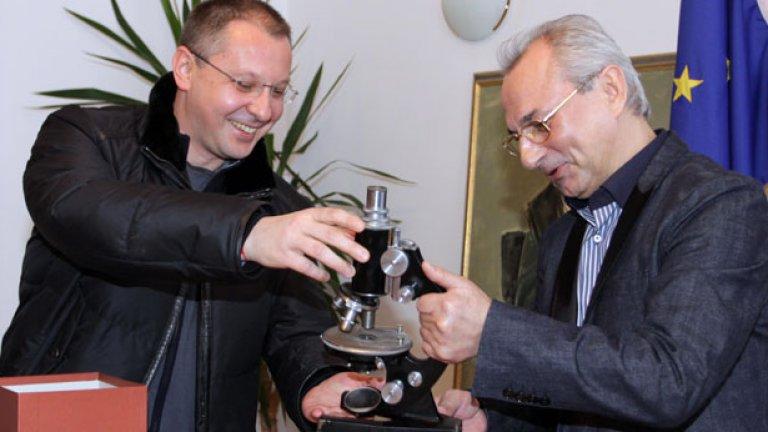 Лидерът на БСП Сергей Станишев иска вот на недоверие, за да вдигне доверието към себе си, хората на Доган - все пак да демонстрират някакво опозиционерство...