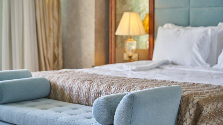 Добрата стара раклаАко имате легло, което разполага с чекмеджета, значи оползотворявате  пространството по подреден начин, но ако случаят не е такъв, може би просто трупате отдолу. Е, раклата е супер решение за подобни случаи, а освен че е практична, напоследък на нея се гледа като аксесоар и продължение на самото легло, където сутрин можете да седнете спокойно, докато нахлузвате панталона си в просъница. Цветът на снимката е в тон със съветите ни за светлата гама, но винаги можете да експериментирате.