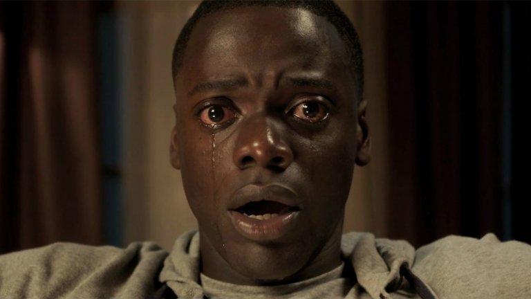 """""""Бягай!"""" (Get Out, 2017 г.)  Филмът разказва историята на младия чернокож фотограф Крис (Даниел Калуя), който се среща с бяла жена на име Роуз (Алисън Уилямс). Идва момента да се запознае и с нейното уж либерално семейство, но постепенно се оказва, че тяхното мислене далеч не е така либерално и че без да знае е станал част от злокобен план.   Get Out успя да получи признание дори от филмовата Академия в САЩ, защото засяга така любимия на Америка проблем с расизма. Ето защо сценарият на Джорджан Пийл (също и режисьор) спечели """"Оскар"""", вероятно и заради социалния коментар в основата си."""