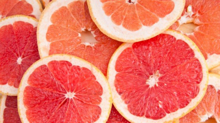 Грейпфрут - 42 калории / 100 гр. Има ниско съдържание на калории, но е пълен с хранителни вещества и е отличен източник на витамини А и В. Спомага за поддържането на здрава кожа, както и призагубата на теглои борбата с много заболявания. Според изследвания цитрусовите плодове като портокали и грейпфрут могат да намалят риска от инсулт. Открито е, че хората, консумиращи цитрусови плодове, намалили риска от исхемичен инсулт с 19% в сравнение с тези, които почти не ядат портокали и грейпфрути. Както и по-горе изброените плодове и зеленчуци, грейфрутите също спомагат за намаляване на кръвното наляганеи риска от астма. Те са отличен източник на силни антиоксидани и витамин С, помагат при борбата с образуването на свободни радикали, причиняващи рак. Проучвания показват, че храни с високо съдържание на витамин С и бета каротин намаляват риска от рак. Интересен факт за грейпфрутите е, че могат да се прилагат и локално при увредена кожа, причинена от слънце или замърсяване, намаляват бръчките и подобряват текстурата на кожата.
