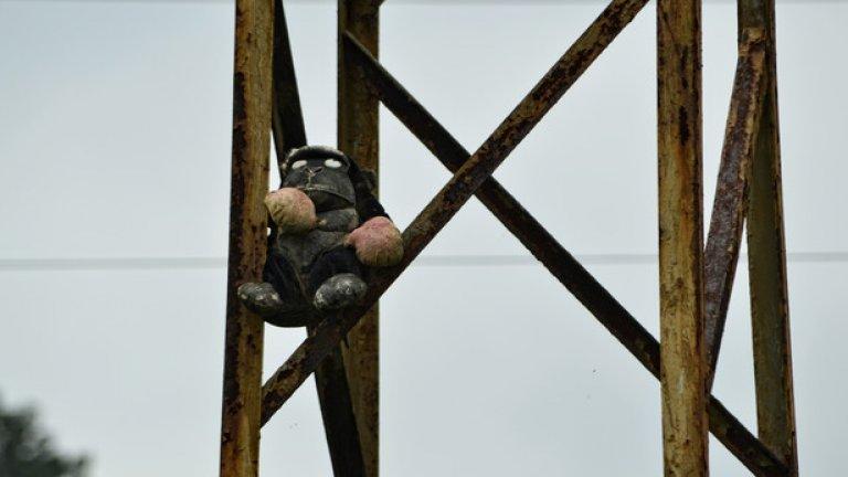 Тази плюшена маймунка, поставена на един от стълбовете близо до моста, посреща случайните минувачи