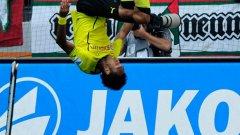 Габонската сензация Пиер Емерик Аубамеянг празнува втория си гол срещу Хамбургер. Нападателят на Борусия (Дортмунд) е новият герой на медии и запалянковци в Германия - усмихнат до уши, с екзотични прически, атрактивен и резултатен.
