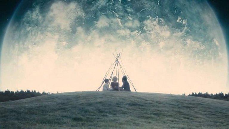 """Меланхолия (2011)  Филм на големия Ларс вон Триер, изследващ стаените емоции, които може да предизвика приближаващият край на света. Разказът е през призмата на две сестри, очакващи апокалипсиса с коренно различни нагласи. Маниакално депресивната главна героиня Джъстин (Кристен Дънст) проваля сватбата си, след което посреща (а защо не и предизвиква) края на света със спокойствие и даже с копнеж. Пълната й противоположност е вечно обгрижващата я сестра (Шарлот Генсбург), лутаща се между отчаянието и неистовата любов към сина си, виждайки, че Земята ще бъде отнесена всеки момент от тайнствена приближаваща се планета.   Цялото действие на """"Меланхолия"""" е ограничено до едно красиво извънградско имение и неговите околности – вероятно мнозина изобщо не биха определили филма като фантастика, но така или иначе, той е едно от големите постижения на киното за последните години."""