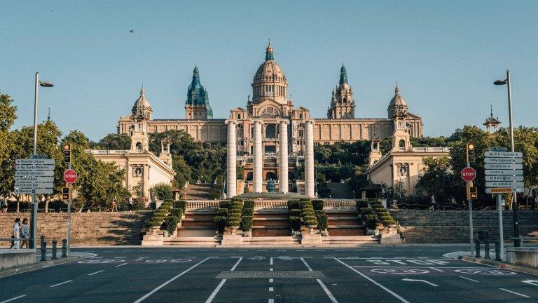 """Барселона, ИспанияПрез януари 2020 г. Барселона обявява, че ситуацията с климата в града и замърсяването там е тежка и изисква спешни мерки. Първата крачка е налагането на сериозни данъци на по-старите коли с двигатели с вътрешно горене, на които е напълно забранено да навлизат в определени зони на испанския град. При нарушение следват солени глоби, особено ако извършителят е местен жител.   Втората част от мерките започва да обхваща центъра и жилищни зони, които определят като суперквартали. Последните представляват огромни карета от блокове и междублокови пространства. Улиците в тези квартали вече се превръщат в паркове и площадки за игра, а планът, както посочва """"Би Би Си"""", е до 2023 г. над 25 км улици да са изцяло пешеходни. Междувременно рестрикциите към колите с двигатели с вътрешно горене ще стават все по-тежки."""