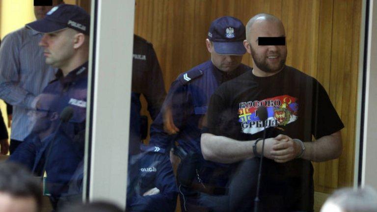 """Фен на Висла в съда с фланелка с надпис """"Косово е Сърбия""""."""