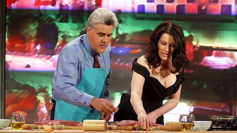 """Найждела Лолсън  Тя е водеща на кулинарно шоу, шеф-готвач, критик, има собствен сайт и канал в Youtube. Автор е на успешни кулинарни книги, продала е милиони копия от тях, а """"Как да бъдеш богиня вкъщи"""" през 2000 г. й носи и наградата """"Автор на годината"""" във Великобритания.  Стабилни доходи й носи и нейната собствена серия съдове за готвене Living Kitchen. Нейните умения я правят особено популярна на Острова, като работата й минава и през The Sunday Times, Channel 4, BBC Two и др.  В света на кулинарията тя е популярно име. Но не само с това, че умее да готви по-добре от милиони жени. Привлича внимание и със своите пищни форми, които далеч не се опитва да прикрие. А начинът, по който говори и флиртува с камерата, я прави особено очарователна."""