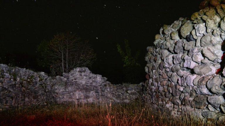 Вечер многобройни звезди служат за покрив на разрушеното преди векове укрепление.