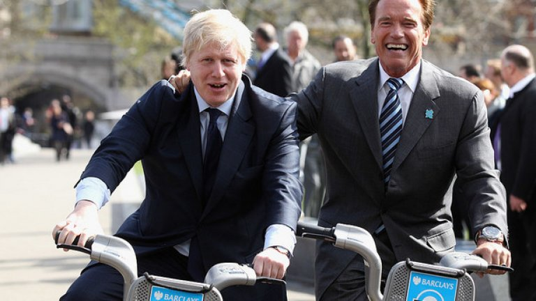 31 март, 2011 година, Лондон. Арнолд Шварценегер кара велосипед до кмета Борис Джонсън по време на велоразходка из центъра на града.