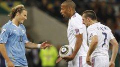 Диего Форлан и Уругвай продължават напред, докато Франция се сбогува със световното първенство