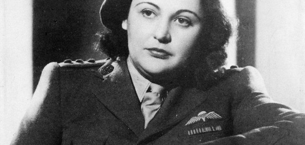 """Нанси Уейк  Тя остава популярна в историята с псевдонима си """"Бялата мишка"""" и се превръща в един от най-наградените шпиони през Втората световна война. Репутацията й е толкова голяма, че Гестапо се принуждава да обяви награда за главата и от 5 милиона франка, а според една от историите за нея, дори е убила с голи ръце войник от SS .  По време на дейността си под прикритие веднъж й се налага да пропътува с колело почти 500 километра през окупирана Франция, за да замени предавателни устройства, които немците са били унищожили преди това. Впоследствие бяга във Великобритания и се присъединява към новосформираното Бюро за специални операции. През 1944 г. е прехвърлена отново във Франция заедно с още 480 души, чиято цел е била да подготвят съпротивата за предстоящия десант в Нормандия. Оцелява войната само, за да разбере, че съпругът й е бил убит от Гестапо, защото е отказал да издаде местоположението й."""
