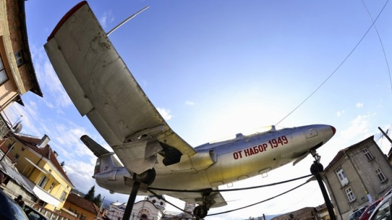 Самолет L-29, дарен на град Батак от набор 1949. Симпатична традиция тук е всеки набор да направи по нещо мъничко за града си.  Вижте в галерията една интересна разходка из района на Батак и Пещера