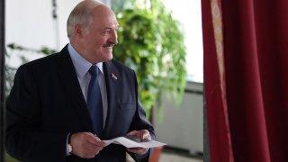 Вотът бе предшестван от многохилядни протести на опозицията в продължение на седмици. Лукашенко обвинява протестиращите, че са в заговор с чуждестранни сили, които искат да дестабилизират Беларус