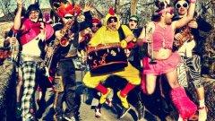 Funky Style Brass се отличават от пръв поглед с шантавите си костюми. След това грабва и самата им музика