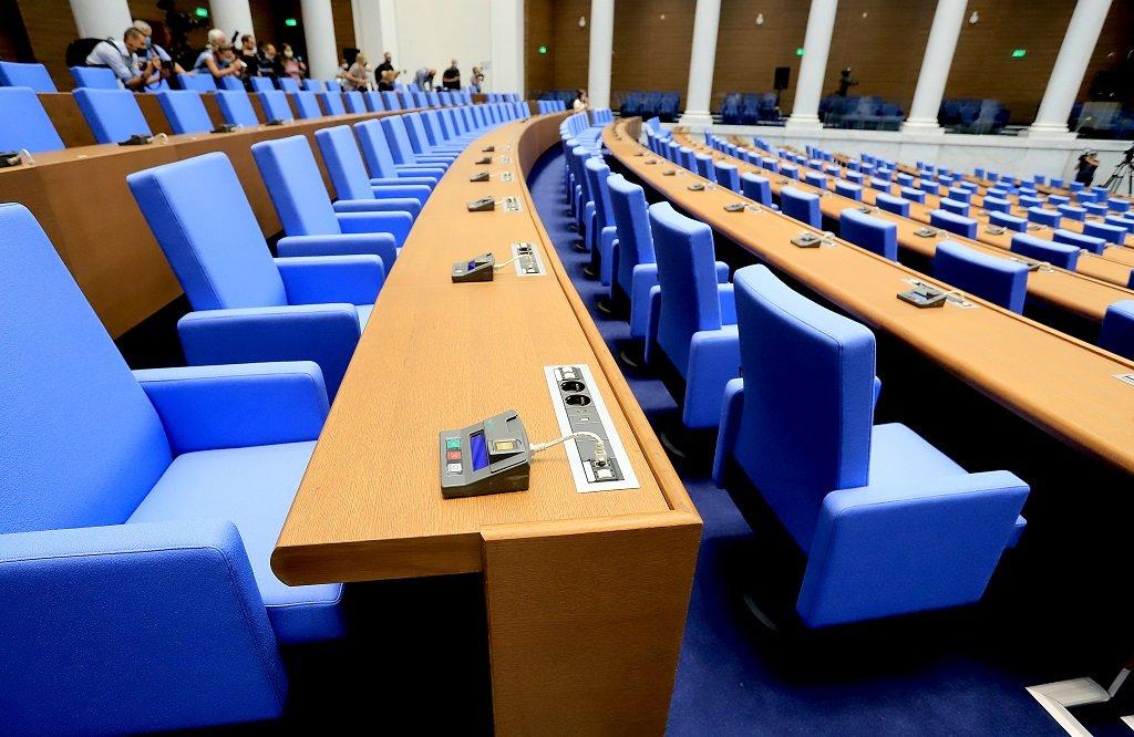 """За ремонта на пленарната зала са осигурени над 25 млн. лева. Новото работно място на депутатите е по-голямо от предишното и се намира в зала """"Света София""""."""