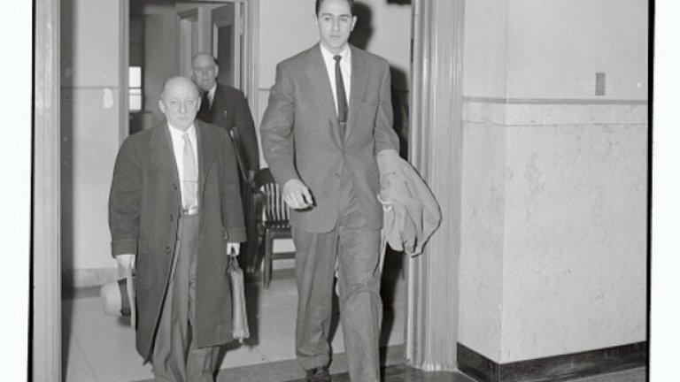 Кариерата му трае точно 29 мача и през 1954-та е отстранен доживотно от баскетбола, след като ФБР подслушва телефонните му разговори. Житейска трагедия? Моля ви се! Молинас забравя баскетбола на секундата, завършва юридическия факултет и става адвокат.