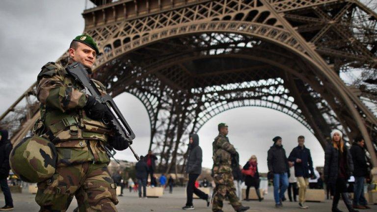 Айфеловата кула се снабди с тежковъоръжена охрана, след като Франция мобилизира армия от 10 000 военни, за да гарантира сигурността по ключови обекти в Париж и страната.