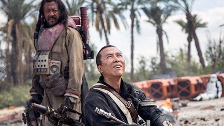 """10. Уен Джианг, """"Rogue One: История от Междузвездни войни""""  Какво им има на актьорите в """"Star Wars"""", че така неудържимо ръсят спойлери за всеки нов филм? В случая става дума за """"Rogue One: История от Междузвездни войни"""" (2016 г.). Няколко месеца преди премиерата му в Лондон се провежда панел с част от актьорите, в който те разкриват съвсем малко за персонажите си.  Там е и хонконгският актьор Уен Джианг, който във филма играе не особено разговорливия и тежковъоръжен Бейз – най-добър приятел на слепия боец Чирут (Дони Йен). По време на панела Уен, който признава, че не владее особено добре английски, се изпуска, че в един момент Чирут умира.  Прекъснат е от водещия на панела – актрисата Гуендолин Кристи (Game of Thrones, Star Wars: The Force Awakens). Но за гледалите видеото и присъстващите в залата вече е развален един от основните моменти във филма – драматичната саможертва на Чимрут във финалните минути."""