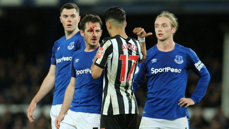 """2. Евертън – Нюкасъл, Висша лига 2018 г. Съдията Боби Мадли пропусна игра с ръка на Фил Ягиелка в наказателното поле. Веднага след мача се превърна в интернет знаменитост, след като се извини за действията си още на терена. """"Съжалявам, не видях"""", казва Мадли на играчите на """"свраките"""". Bobby Madley tries to apologize to Newcastle players for missing a handball then loses his cool when they keep calling him out for it. this is hilarious. pic.twitter.com/jXJiWNfPTC— amad (amadoit__) April 23, 2018"""