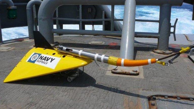 """""""Прикачен пинг локатор"""" (Towed Pinger Locator) - с такова устройство е оборудван австралийският кораб. То се пуска под водата зад кораба и използва хидрофон, за да засече сигналите от черната кутия."""