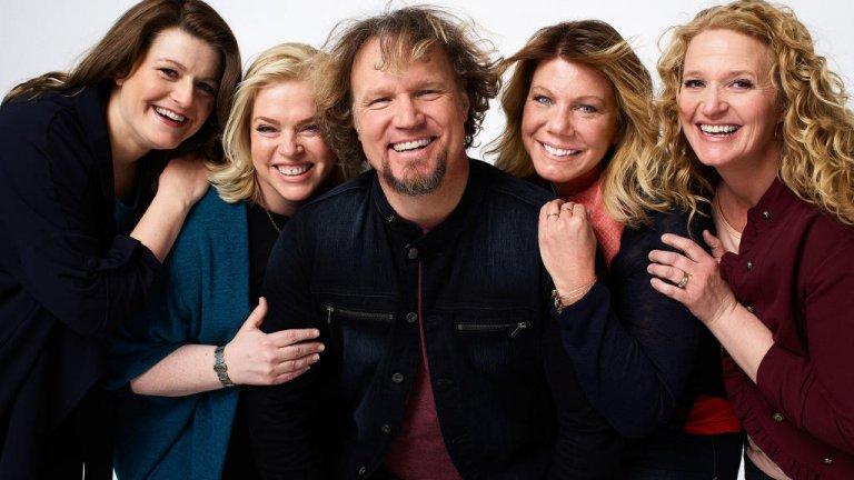 """Sister Wives Друг шедьовър на странността по TLC е шоуто """"Сестри съпруги"""", което проследява историите на полигамното мормонско семейство Браун - бащата Коди Браун, четирите му съпруги Мери, Джанел, Кристин и Робин, и 18-те им деца. Самите те участват, """"за да се борят със стереотипите срещу полигамните семейства"""". На практика това им носи медийно внимание и няколко разследвания за това дали в семейството им има нещо незаконно в очите на американското правосъдие."""