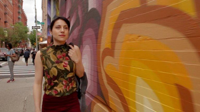 Сериалът в пет части разказва историята на българска актриса в Голямата Ябълка, която отива отвъд океана, за да преследва мечтите си.
