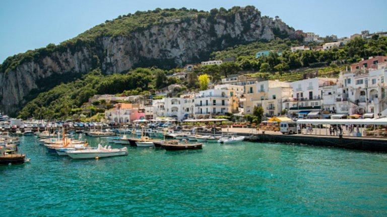 Милиони туристи от целия свят са привлечени от традициите, културата и красотата на италианските острови.