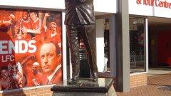 """Статуята на Шенкли е точно зад """"Коп"""". На нея пише: """"Той правеше хората щастливи""""."""