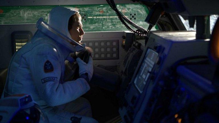 Moon (2009)  Още един привидно скромен режисьорски дебют, който има всички шансове да се превърне в бъдеща инди класика. Синът на Дейвид Боуи Дънкан Джоунс, който тази година стана далеч по-известен с екранизацията на видеоиграта Warcraft, разказва историята на самотен астронавт на Луната. Главният герой работи в минна станция и общува единствено с контролиращия компютър (озвучен от Кевин Спейси), но се оказва, че изобщо не е толкова сам, колкото си мисли – тъй като един ден намира безжизненото тяло на... самия себе си.  Сам Рокуел е изключителен в главната роля, докато филмът става все по-шантав с напредването на действието и определено достига обаянието на класическите фантастики.