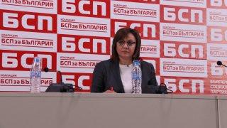 Червената лидерка заяви, че Борисов не си е отишъл още и трябват общи действия срещу него. Според Кирил Добрев обаче самата БСП има нужда от това да чуе извинението на Нинова и тя да си отиде от поста.