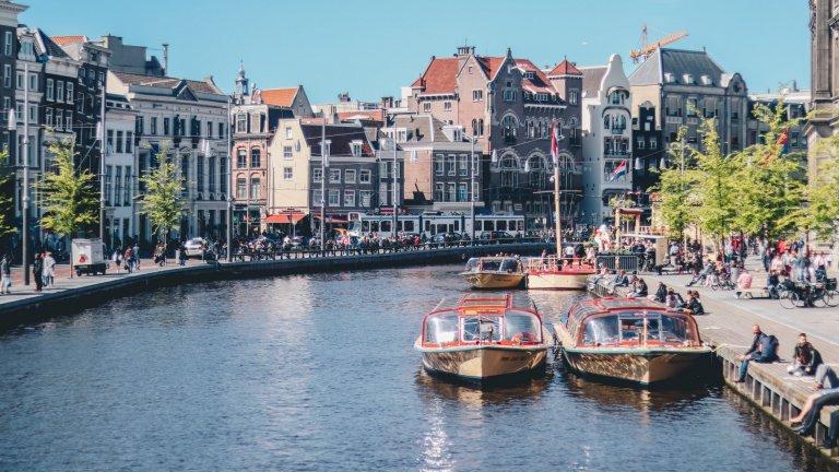 Амстердам, НидерландияАмстердам е първият европейски град, който обмисля наистина пълна забрана за движение на автомобили на територията си. първият подобен опит ще бъде проведен между март и май 2021 г., когато за 8 седмици ще се движат единствено коли със специален режим и колите на градския транспорт.   По освободените от автомобили пътища ще могат свободно да се движат пешеходци и велосипедисти.