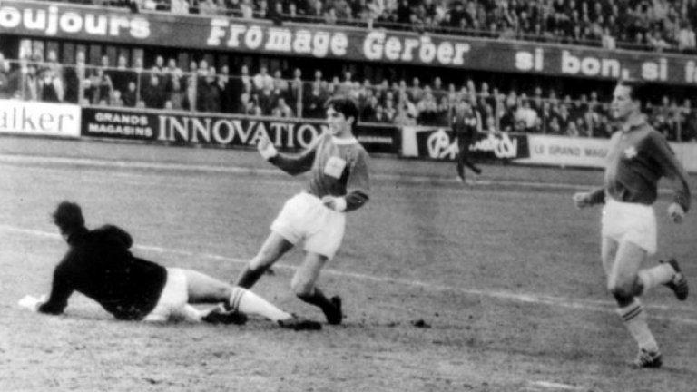 14 ноември 1964 г. - Национален герой. Бест вкарва първия си гол за Северна Ирландия - изравнителен срещу Швейцария в световна квалификация.  Въпреки попадението тимът на Бест изпуска класирането за Мондиал 1966 за една точка. Но момчето вече е герой в родината си и играе в 6 квалификации. За съжаление геният никога е успява да играе на световно първенство - България също има заслуга за това, като елиминира северноирландците за Мондиал 1974.