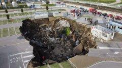 Огромен кратер се отвори в Неапол и погълна няколко коли