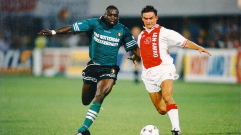 """Марк Овермарс След Аякс, през 1997-а Овермарс премина в Арсенал и още в първия си сезон помогна на """"артилеристите"""" да спечелят дубъл. През 2000 г. стана най-скъпият холандски футболист, след като Барселона плати за него 25 млн. евро. Изигра обаче само 97 мача в Примера за каталунците заради различни контузии. През 2008-а се върна за кратко на терена с екипа на Гоу Ахед Ийгълс, след което стана и технически директор в клуба. През 2012-а прие да стане спортен директор в Аякс."""