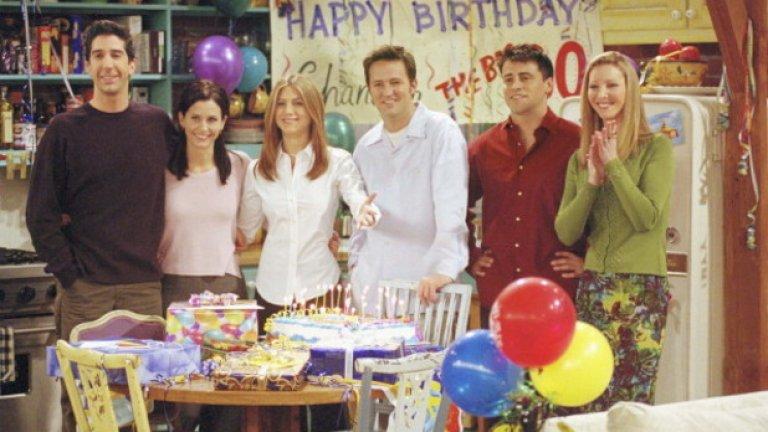 """11. Приятелите не си знаят годините  Традиционно за повечето сериали, които се проточват повечко сезони, сценаристите не внимават особено и не винаги историите са хронологично последователни или перфектно логично свързани.  Това си личи особено добре, когато феновете на """"Приятели"""" се замислят на колко години са всъщност любимите им герои. След много онлайн спорове закоравелите фенове са стигнали до заключението, че в началото на първия сезон Моника и Рейчъл са на по 25 години, а Фийби е на 26. На толкова са и Джоуи, Чандлър и Рос.  А след като всеки телевизионен сезон явно е една астрономическа година, то не би било трудно да се следят годините на героите. На теория да, но на практика се оказва по-трудно.  Рос твърди, че е на 29 години в продължение на цели три сезона (от трети до пети). За капак през различните сезони той казва, че е роден през март, октомври или декември.  Джоуи, който е актьор и вероятно му се налага да лъже за възрастта си, често се упражнява в това със собствените си приятели. В края на първи сезон той твърди, че е на 25. В края на втория сезон изведнъж става на 28, а в началото на третия сезон заявява, че е на 27.  Същите странни движения във времето се наблюдават и при Рейчъл. В третия сезон тя е на 28 и остава на толкова и в четвъртия. В петия сезон най-накрая отбелязва 29-тия си рожден ден, но става на 30 чак в сезон 7."""