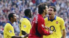 """През есента на 2003 г. дойде време за Битката за """"Олд Трафорд"""" II. В последните секунди Юнайтед получи дузпа и Нистелрой се нае да вкара победно, защото резултатът бе 0:0. Но уцели гредата! Играчите на Арсенал заскачаха като обезумели, а изражението на Мартин Киоун.."""