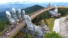 """""""В ръцете на Господ""""   Намира се в курорт в Централен Виетнам и въпреки състарения си вид, мостът всъщност е нов – открит е през юни тази година. Мостът е от метална сплав в златист цвят, а ръцете, които го поддържат, са от фибростъкло. Върху него е пресъздаден ефектът на камък с мъх и плесен по него. Около 2 млрд. долара отиват за развитието на местността като туристическа атракция и по-голямата част от тях са похарчени за """"Златния мост"""", както още го наричат."""