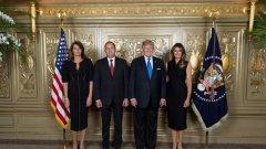 Аз си гледам снимката на семейство Радеви и семейство Тръмпови от оня ден и се гордея, че нямам повече информация за тая култова среща. Странно, генерал Радев стои мирно така, сякаш никога не е обличал униформа.