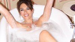 Актрисата позира полугола, рекламирайки собствената си линия бански костюми