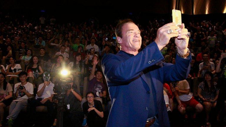 """Арнолд си прави селфи с публиката преди първата прожекция на """"Терминатор: Генезис"""" на 22 август, 2015 година, в Шанхай."""
