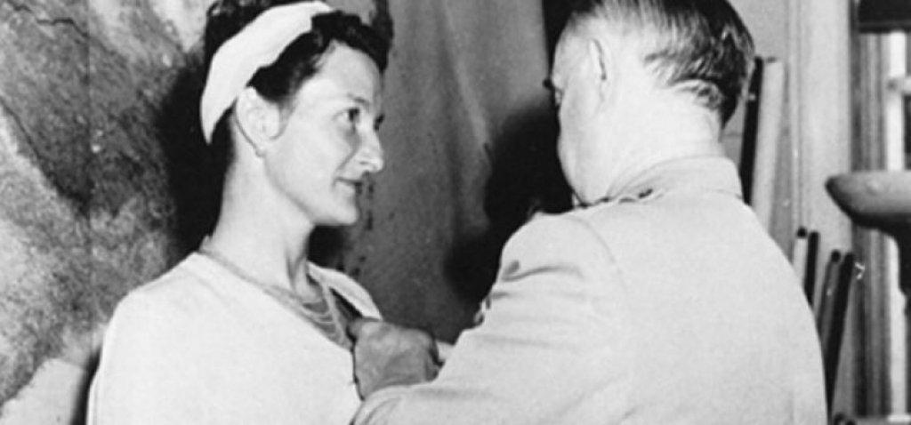 """Вирджиния Хол  Тя е първата жена, която става ръководител на шпионска мрежа във Франция по време на Втората световна война. В рамките на 15 месеца движи цялата дейност на съпротивата в района на Лион и става експерт в областта на шпионската дейност. Немците я наричат с кодовото име """"Артемида"""", а Гестапо я счита за един от най-опасните съюзнически шпиони изобщо.  По време на мисия в Турция губи единия си крак, което по никакъв начин не й пречи да продължи работата си."""