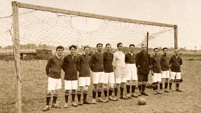 Коледна снимка на отбор, съставен от британски войници, през 1915-а