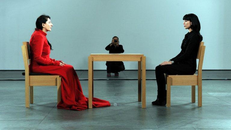 Големият труд на Абрамович, върху който Джей-Зи прави видеото си, е перформънсът The Artist Is Present, който тя провежда и филмира през 2010-та