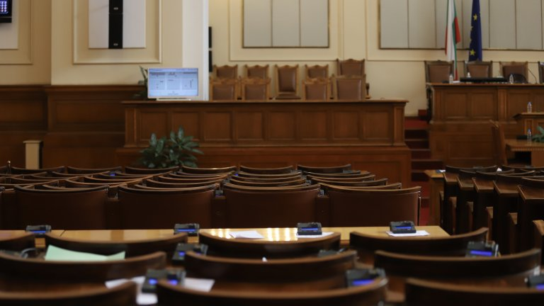 Къде отива истинската политика, когато двете най-големи партии в страната си играят на надцакване в парламента