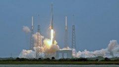 Falcon 9 излита от Кейп Канаверал през април, носейки провизии и апаратура за екипажа на Международната космическа станция. (Вижте снимките)