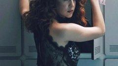 Мария Педраса Звездата от Money Heist и испанския тийн сериал Ellite Мария Педраса определено е сред най-сексапилните млади актриси на Испания. С червената си коса, сини очи и измамно невинно лице, тя определено може да завладява сърца и умове.