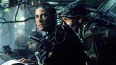 """""""Редник Джейн""""    Рядък пример за екшън-героиня в доминирания от мъже жанр. Във филма на Ридли Скот от 1997 г. обръснатата до голо Деми Мур - тогава 35-годишна - играе лейтенант Джордан О'Нийл, първата жена, която се присъединява към елитния отряд """"Тюлените"""" на морската пехота.   Мур тренира с инструктор от специалните сили за ролята и е убедително мускулеста. В тежка сцена на тренировка, с развяваща се верижка със служебния номер и торс, блестящ под лунната светлина, тя прави коремни преси и лицеви опори във все по-трудни позиции, преди да започне прави лицеви опори с една ръка с лекота.   Няма дубльор - всички заснети кадри са на самата Мур. За жалост, потенето във фитнеса не дава резултат - филмът се проваля и тя получава """"Златна малинка"""" за най-лоша актриса за съответната година."""