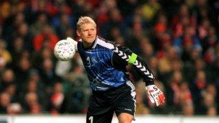 Петер Шмайхел беше звездната фигура на Евро 1992 и беше овладял до съвършенство бавенето на времето заедно със защитниците пред себе си. На финала срещу Германия датчаните връщаха безброй пъти към Шмайхел, за да стигнат до сензационния триумф и единствената си европейска титла