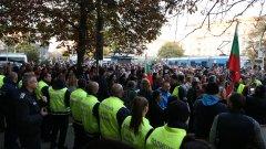 Според присъстващи на протеста мерките са форма на дискриминация и грубо нарушение на човешките права