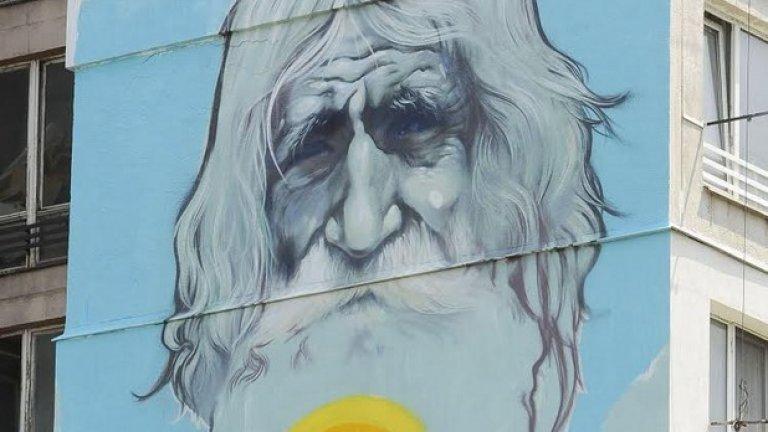 """(Дядо Добри върху фасадата на блок в квартал """"Хаджи Димитър, изрисуван от известния графити артист Насимо)  Патриотизъм е да се грижиш за средата, в която живееш с мисъл какво ще има утре след теб. Останалото е поза."""